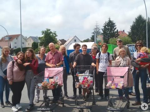 Die Aktivisten von »Plastic Attack« aus Rielasingen mit ihren Einkaufswägen voller Plastikverpackungen aus einem Einkauf. swb-Bild: Hasenbrinck