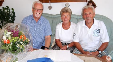 Lieselotte und Hansjörg Herr neben Gemeinderat Lothar Reckziegel im Auftrag des Bürgermeisters Ralf Baumert.