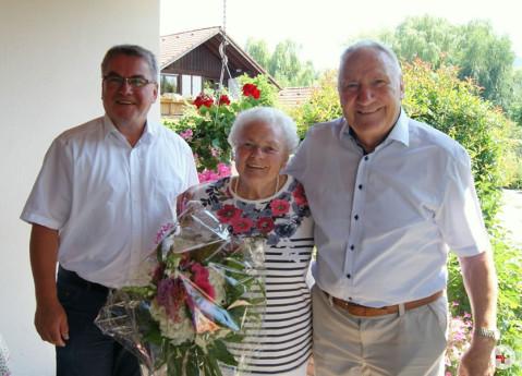 Rosemarie und Hermann Grimm freuen sich über die persönlichen Glückwünsche von Bürgermeister Ralf Baumert.