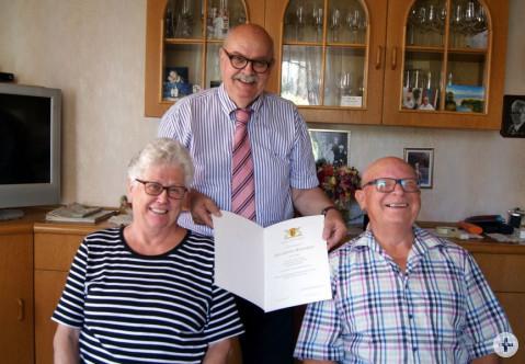 Der stellvertretende Bürgermeister Rudi Caserotto gratuliert Kordula und Alfred Wieland zur goldenen Hochzeit