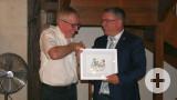 Offizieller Festabend im Hotel Graviers: Bürgermeister Ralf Baumert überreichte seinem Kollegen Hugues Fadin als Gastgeschenk ein Bild vom örtlichen Künstler Joachim Böhm