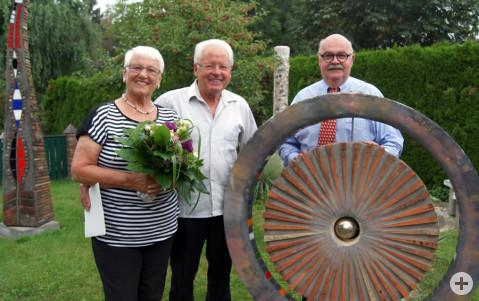 Die Eheleute Rosmarie und Helmut Haitz freuen sich über die persönlichen Glückwünsche von Bürgermeister-Stellvertreter Rudolf Caserotto.