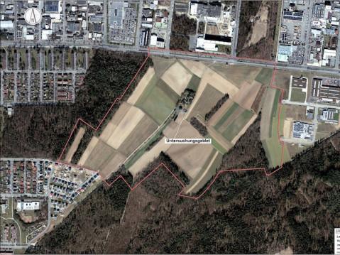 Die Stadt Singen plant eine massive Erweiterung für den Gewerbeabschnitt Tiefenreute. Das Untersuchungsgebiet ist rot umrandet. swb-Bild: Stadt Singen