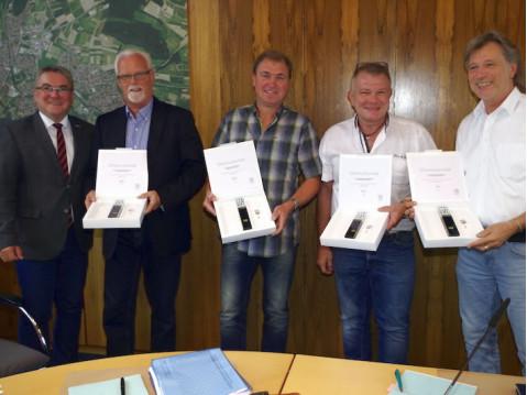 Bürgermeister Ralf Baumert ehrte die Gemeinderäte Lothar Reckziegel, Klaus Rohr, Holger Reutemann und Reinhard Zedler für jeweils zehnjährige Zugehörigkeit zum Gemeinderat und überreichte ihnen die Ehrenstele des Gemeindetags. swb-Bild: of