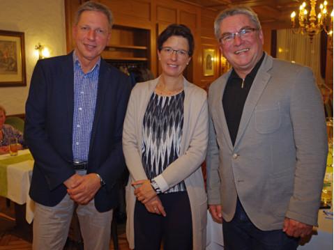 Stiftungsrat Eckhardt Pfeiffer, Sitftungsvorsitzende Silke Graf und Aufsichtsratsvorsitzender Ralf Baumert bei der Hauptversammlung. swb: of