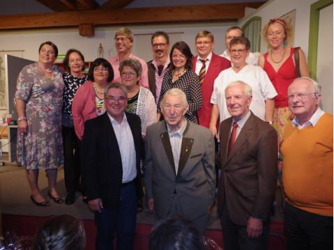Neben den Schauspielern würdigten auch Bürgermeister Ralf Baumert, Kirchgemeinderatsvorsitzender Franz Duffner und Pfarrer Arthur Steidle Josef Bölle, der vor 38 Jahren mit der Mundartbühne begann. Bild: Swb