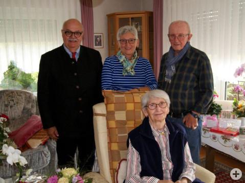 Anna Lippert freut sich zusammen mit ihrer Tochter und Schwiegersohn über die Geburtstagswünsche des Bürgermeister-Stellvertreters Rudi Caserotto.