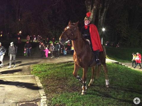 Georg Ehinger führte auf seinem Pferd den Rielasinger-Martinsumzug im passenden Kostüm an. swb-Bild: of