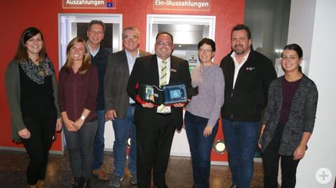 Freude über den installierten Defibrillator im Vorraum der Sparkasse Rielasingen.