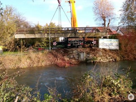 Der schadhafte Fußgängersteg an der Aach in Worblingen wurde am Dienstag entfernt. Nun kann der Neubau in Angriff genommen werden. swb-Bild: Gemeinde Rielasingen-Worblingen
