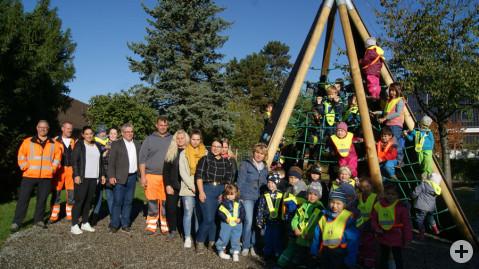 Bürgermeister Ralf Baumert und seine MitarbeiterInnen freuen sich gemeinsam mit den Kindern über eine neue Spielattraktion in der Lessingstraße.
