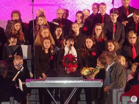 Musikschuldirektorin Ulrike Brachat nutzte den Schlussapplaus, auch Messnerin Roswitha Weiß (unten rechts) für ihre langjährige Unterstützung in der Kirche St. Stephan zu danken. swb-Bild: of