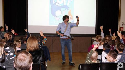 Autor Michael Petrowitz zog die Kinder mit seiner interaktiven Erzählweise in seinen Bann.