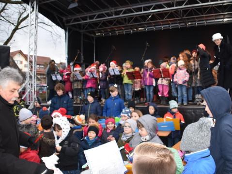 Es gehört zur lieb gewonnenen Tradition, dass die Jugendmusikschule unter Leitung von Ulrike Brachat (rechts) den Weihnachtsmarkt in Rielasingen musikalisch eröffnet. swb-Bild: stm