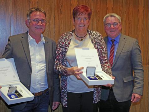 Volkmar Brielmann wurde für 20 Jahre, Jutta Gold für 25 Jahre im Gemeinderat durch Bürgermeister Ralf Baumert in der letzten Sitzung des Jahres geehrt. swb-Bild: of
