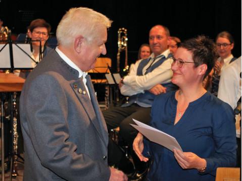 Hans Gertis konnte beim Weihnachtskonzert des Musikverein Worblingen für 50 Jahre aktives Mitspielen von Heike Erb vom Blasmusikverband geehrt werden. swb-Bild: of