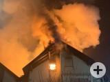 Die Konstruktion des Dachs erforderte den Einsatz von zwei Drehleitern um den Dachstuhlbrand von zwei Seiten bekämpfen zu können. swb-Bild: FFW Rielasingen-Worblingen