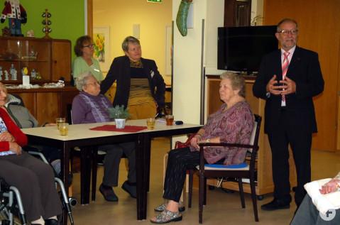 Besuch vom Rathaus zu Weihnachten im Pflegezentrum St. Verena.