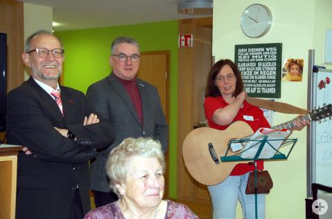 Gemeinsam wurden im Beisein von Diakon Ehinger (links) und der Heimleitung Weihnachtslieder gesungen.