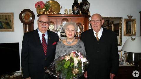Mit Freude nehmen Maria und Jacinto Arsenio die Glückwünsche vom stellvertretenden Bürgermeister Rudi Caserotto entgegen.