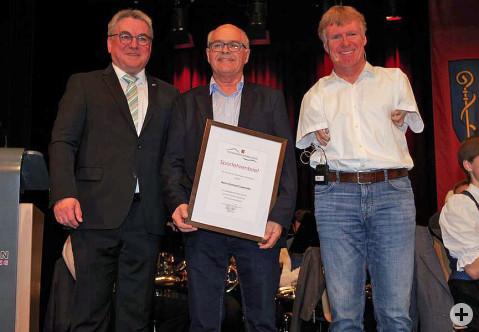 Bürgermeister Ralf Baumert mit Kondrad Caserotto und Matthias Berg bei der Ehrung in der Talwiesenhalle. swb-Bild: of