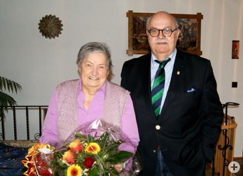 Bürgermeister-Stellvertreter Rudi Caserotto überreicht der Jubilarin einen Blumenstrauß verbunden mit den besten Wünschen der Gemeinde.
