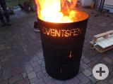 Brennende Tonne mit dem Schriftzug Adventsfenster.