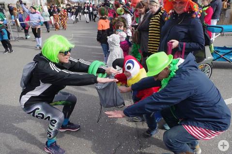 Die Zuschauer wurden beim Narriwo-Umzug am Sonntag auch sportlich stark gefordert. swb-Bild: of