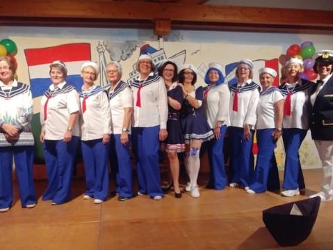 Die närrische Bühnencrew der Frauengemeinschaft Worblingen bei ihrer Fahrt mit der »MS Ladykracher«. swb-Bild: Bohner