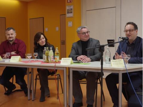 Mit Prof. Dr. Thomas Irion (rechts) beantworteten Bürgermeister Ralf Baumert, die Rektorin der Ten-Brink-Schule, Birgit Steiner und ihr Stellvertreter Christian Keller nach dem Vortrag Fragen aus dem Publikum rund ums Thema Digitalisierung in der Grundsch