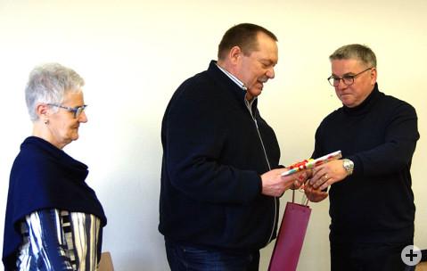 Reimund Fortenbach freute sich im Beisein von Ehefrau Regina über die herzliche Verabschiedung durch Bürgermeister Ralf Baumert in den Räumen des Baubetriebshofes.