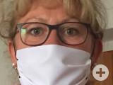 Ines Baumert mit einer der von ihr am Wochenende genähten Schutzmasken, die dem Hilfskreis der Gemeinde zur Verfügung gestellt werden sollen. swb-Bild: pr