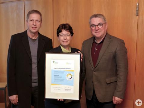 Gemeinsame Freude über die erneute Verleihung des Gütesiegels (von links): Eckhardt Pfeiffer, stellvertretender Vorstandsvorsitzender, Silke Graf, Vorstandsvorsitzende und Bürgermeister Ralf Baumert, Stiftungsratsvorsitzender.