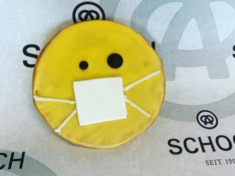 Ob Klopapier-Torte oder Amerikaner mit Mundschutz: In der Bäckerei Schoch versucht man, die Kundschaft trotz Krise zum Lächeln zu bringen. swb-Bild: Bäckerei Schoch