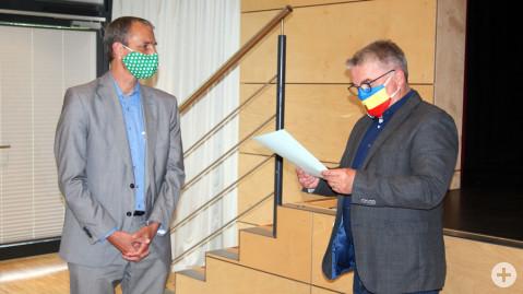 Bürgermeister Ralf Baumert begrüßt Herrn Dr. Steffen de Sombre nach dem Gelöbnis zur gewissenhaften Erfüllung der Amtspflichten als neues Mitglied im Gemeinderat.