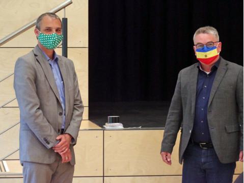 Jakob Dritschler (Grüne) ist iDer Nachfolger Jakob Ditschler, Dr. Steffen de Sombre (links), wurde von Bürgermeister Ralf Baumert in der Dienst-Maske mit Abstand verpflichtet. swb-Bild: of