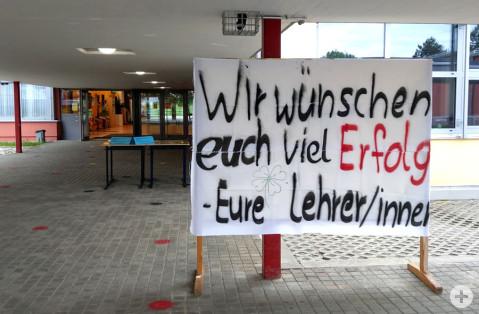 Ein selbst gestaltetes Plakat der Lehrerschaft wünscht den Prüflingen viel Erfolg.