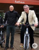 Matthias Möhrle vom Umweltamt und Bürgermeister Ralf Baumert vor dem Rathaus in Rielasingen.
