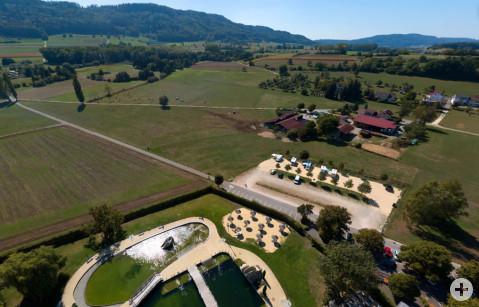 Luftbild mit Blick auf die 18 Stellplätze westlich des Naturbades Aachtal.
